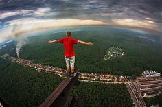 Die Stadt Elektrostahl im Moskauer Umland in Turnschuhen auf einem Stahlträger in 205 Meter Höhe