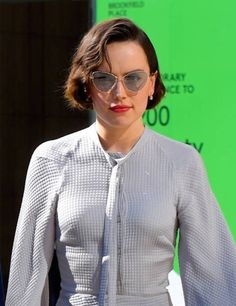 Daisy Ridley is seen in Manhattan on June 2019 in New York City. English Actresses, Actors & Actresses, Zendaya, Fine Hair Cuts, Rey Daisy Ridley, Star Wars Sequel Trilogy, Rey Star Wars, Best Disney Movies, Movie Collection