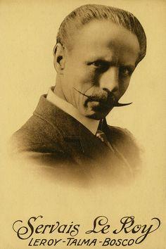Servais Le Roy (1865-1953) staat bekend als één van de grootste goochelaars van zijn tijd. Tijdens the golden age of magic, de glorieperiode voor de goochelkunst begin 20e eeuw in Engeland en Amerika, is hij te zien op de belangrijkste podia.