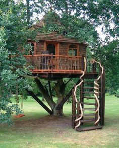 UPDATED May 2006 Treehouses have a magical quality that sparks the imagination of children and returns adults to long lost afternoons filled with secret ad Beautiful Tree Houses, Cool Tree Houses, Future House, My House, Luxury Tree Houses, Building A Treehouse, Magic Treehouse, Tree House Designs, Unique Trees