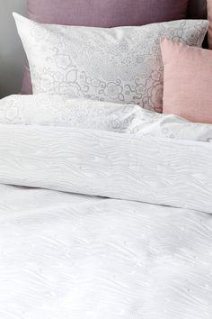 Suosikkipeitteen uusi kuosi. JOONAS kääntöpeite valko-beige Bed Pillows, Pillow Cases, Beige, Home, Pillows, Ad Home, Homes, Ash Beige, Haus