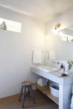 十分な広さでシンプルに仕上げた洗面台はモルタルと木で造作。 Japanese Style Bathroom, Laundry In Bathroom, Small Living Rooms, Bathroom Styling, Fashion Room, Home Hacks, Outdoor Rooms, Home Decor Inspiration, Home Renovation