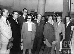 Senador Getúlio Vargas chegando de São Borja no aeroporto Santos Dumont, vendo-se entre outros sua filha Alzira e o genro Ernani do Amaral Peixoto (à direita de Alzira). Rio de Janeiro (DF), nov 1947.