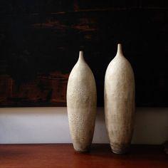 Blanc en céramique, poterie moderne vases décoration céramiques moderne blanc sara paloma poterie blancs  FAIT à commande - prendra 4 à 6 semaines pour l'expédition. Contacter moi si besoin plus tôt. Parfois, nous pouvons une commande urgente  Cette liste est pour un vase, (celui sur la droite de l'image) grande échelle navire de grès, roue levée et vitrage dans un mat rustique cratère blanc moderne. Idéal pour les concepteurs à la recherche d'un grand morceau de déclaration.  Tailles- 22.5…