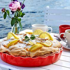Citronmarängpajen får gärna garneras med citronskivor, citronmeliss och florsocker. Foto Thomas Hjertén