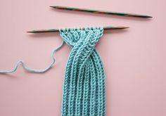 Kostenlose Strickanleitung: Stirnband mit Twist Free knitting instructions Headband with twist Knitting Blogs, Knitting For Beginners, Free Knitting, Baby Knitting, Free Crochet, Crochet Hats, Knitting Hats, Crochet Flower, Sewing Patterns Free