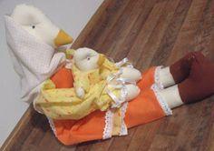 Boneca de Pano Mamãe Gansa com Filhote. Feita com algodão crú. R$ 40,25