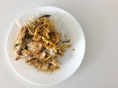 Kuřecí prsa se žlutou cuketou, česnekem, citrónovou šťávou a kůrou, bazalkou a olivovým olejem, rýžové nudle