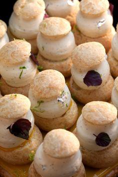 Connaissez-vous le calamansi ?  C'est un agrume qui provient vraisemblablement d'un croisement entre la tangerine et le kumquat, d'où sa palette de saveurs. Il est aussi sucré que le citron jaune, aussi acide que le vert, amer comme le pamplemousse rose, et doté en plus d'un goût de fruit de la passion. Il est utilisé très souvent dans la cuisine Philippine.  Vous pouvez le découvrir dans les 3 choux IGC® à la Vanille Bourbon de Tahiti et au calamansi des Philippines, décorés de pousses de s