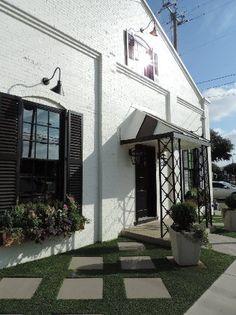 Inspiration for mailbox walkway-Magnolia Market at the Silos: Front of Bakery Magnolia Market Waco, Magnolia Farms, Magnolia Homes, Fixer Upper Tv Show, Milton House, Porche, Backyard, Patio, House Windows