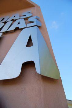 Signs can go round corners too casa-das-historias