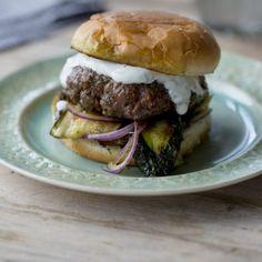 Lamm-Burger mit gegrillter Zucchini und Tzatziki