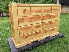 The very prominent feature of this pallet wooden dresser table that really makes it a heavy duty wooden pallet dresser is the number of the built in drawers and cabins that are more than the usual. They are differently sized and that adds more utility and beauty to the project.