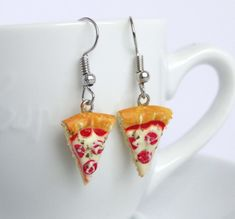 Funny fastfood dangle earrings in the shape of realistic miniature pizza slices. Funky Earrings, Funky Jewelry, Cute Jewelry, Beaded Jewelry, Jewelry Accessories, Dangle Earrings, Jewellery, Accesorios Casual, Bracelet Crafts