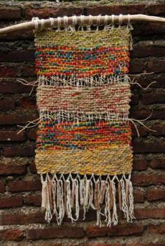 tapiz telar lana,madera telar Weaving Textiles, Weaving Art, Tapestry Weaving, Loom Weaving, Hand Weaving, Fibre Textile, Textile Art, Peg Loom, Weaving Projects