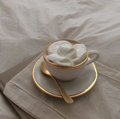 coffee milk foam cream korean aesthetic drink yummy soft minimalistic korean cute kawaii g e o r g i a n a : m u n c h & s l u r p Cream Aesthetic, Aesthetic Coffee, Gold Aesthetic, Classy Aesthetic, Aesthetic Food, Aesthetic Vintage, Pause Café, Coffee Break, Morning Coffee