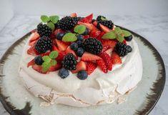 How to Make a Delicious Summer Berry Pavlova Mini Pavlova, Strawberry Pavlova, Meringue Desserts, Köstliche Desserts, Delicious Desserts, Meringue Pavlova, Pavlova Toppings, Christmas Pavlova, Sweets
