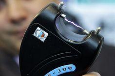 Законопроект, подготовленный сенаторами-единороссами Михаилом Козловым и Алексеем Кондратьевым, предлагает вооружить работников подразделений транспортной безопасности электрошоковыми устройствами. Как минимум, наделить их правом использования этих аппаратов в служебное время.