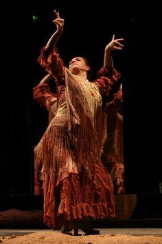 eva-yerbabuena-dances-cuando-yo-era-at-the-flamenco-festival-at-on-picture-id109290348 (393×594)