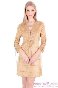 Os vestidos em suede estão na wishlist* da coleção, assim como o tom camel. O modelo soltinho tem amarração no decote e nas mangas.  Uma ótima opção para usar em aniversários e jantares. -- Almoço -- Aniversário -- Reunião em Família