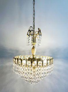Retro Design, Persian Rug, Chair Design, Vintage Furniture, Sheep, Chandelier, Hollywood, Ceiling Lights, Flat
