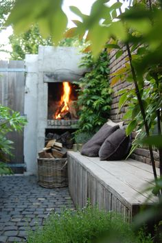 kleine tuin, openhaard, tuinaanleg, hovenier, sfeer, knus, gezellig, tuin, bank, eikenhout