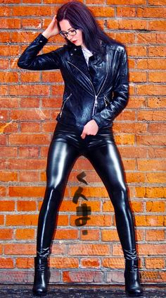 girl in tight leather leggings Wet Look Leggings, Shiny Leggings, Leggings Are Not Pants, Leather Dresses, Leather Pants, Leder Outfits, Sexy Latex, Leggings Fashion, Leather Fashion