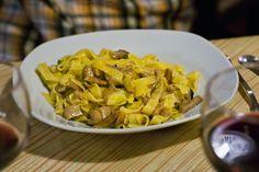"""TAGLIATELLE AI FUNGHI PORCINI  Le tagliatelle ai funghi porcini sono un piatto tipico del periodo autunnale, quando i funghi porcini crescono e si possono trovare freschi. Questa semplice ricetta esalta le proprietà di questo pregiato fungo tirandone fuori tutti gli aromi di """"foresta"""". CONTATTATECI PER PRENOTARLI !!!"""