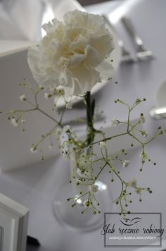 White wedding table decorations, made by Ślub Ręcznie Robiony Wedding Planners. Baby's breath centerpiece, milk, salt, candles. Classical table cards and menu cards. slubrecznierobiony.pl