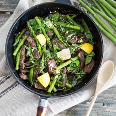 Schnell, gesund und in nur 30 Minuten fertig - das heiße Pfannengericht mit Rindfleisch und Gemüse ist fix zubereitet und schmeckt herrlich exotisch.