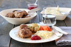 Kjøttkaker med brun saus og kålstuing Mashed Potatoes, Cheese, Chicken, Breakfast, Ethnic Recipes, Food, Whipped Potatoes, Morning Coffee, Essen