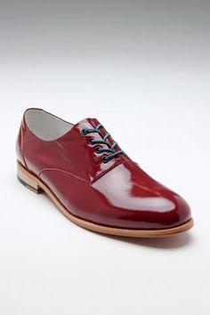glimlicht-  het licht dat op de schoen valt wordt weerkaatst en daardoor verdwijnt de kleur en wordt het wit