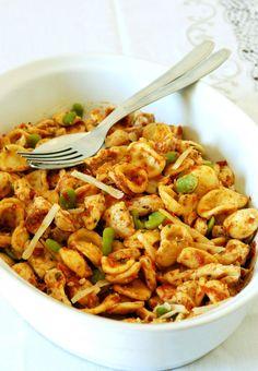 Idee per cena? Precisina ci ha già pensato. Che voi siate al mare, in montagna o dietro una scrivania, stasera il menu prevede insalata di pasta, pollo, fave e pomodoro. La ricetta la trovate qui: http://www.vitadaprecisina.com/2009/07/insalata-di-pasta-pollo-fave-e-pomodoro/