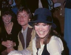 The sweetest. & the way Mark Hamill is lookin at Carrie Fisher. Carrie Frances Fisher, Mark Hamill Luke Skywalker, Anthony Daniels, Alec Guinness, Princesa Leia, Leia Star Wars, Han And Leia, War Film, Cinema