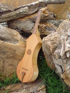 """Reproducción de una """"guitarra latina"""" medieval. Medieval Fair, Medieval Music, Types Of Guitar, Musical Instruments, Musicals, Latina, Model, Ideas, Dibujo"""