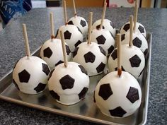 cakepops for a soccer party Soccer Treats, Soccer Snacks, Football Treats, Soccer Birthday Parties, Football Birthday, Soccer Party Favors, Cakepops, Soccer Ball Cake, Soccer Cakes