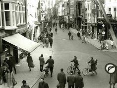 Steenweg - 1965 | Proef met afsluiting voor rijverkeer op zaterdagmiddag (H. Hofland, HUA)