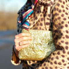 DIY: How to Make a Glam Glitter Clutch . and the glitter doesn't budge b/c of the mod podge! Diy Glitter Purse, Glam And Glitter, Glitter Party, Heidi Klum, Diy Clutch, Gold Clutch, Handmade Clutch, Clutch Purse, Glitter Projects