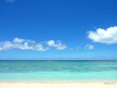 有人島で日本最南端の「波照間島」。「ハテルマブルー」と言われるほど海の色がとても綺麗な離島です。中でも一番人気のビーチ「ニシ浜」はまさに絶景。その豊かな海の色と白い砂浜に目を奪われます。ただ島一番のビーチなので混雑するときもあります。でもご安心を。ニシ浜のちょっと先にある「ペー浜」ならニシ浜と同じ極上の海と砂浜を独り占めできます。夏休みでも連休でもほとんど人が来ない超穴場、それが「ペー浜」です。