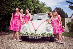 Hochzeitsauto mit rosa Satinschleife und Blumengirlande