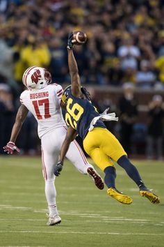 I watched this game last Saturday and this interception was one of the best(HS, NCAA or NFL)catches of all time! American Football, U Of M Football, Collage Football, Football Memes, Alabama Football, Football Season, Football Players, Football Stuff, Buckeyes Football