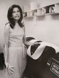 Mary Tyler Moore (Oh. I LOVE Mary Tyler Moore - she can turn the world on with her smile. Divas, Mary Tyler Moore Show, Le Divorce, Old Tv Shows, Before Us, Classic Tv, Classic Beauty, Up Girl, Old Hollywood
