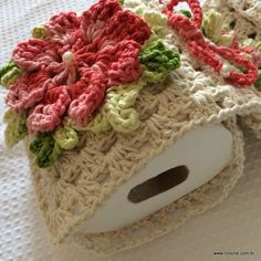Porta papel higiênico passo a passo ♥️LCB-MRS♥️ step by step picture instructions. Hobbies And Crafts, Diy And Crafts, Crochet For Beginners, Crochet Designs, Crochet Flowers, Crochet Baby, Lana, Crochet Projects, Sewing