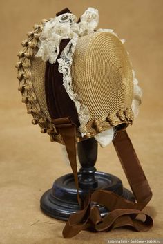 Victorian Hats, Edwardian Era, Ww Girl, Bonnet Hat, Fascinator Hats, Fascinators, Antique Clothing, Hat Hairstyles, Girl With Hat