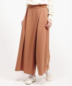 スニーカーにも合う!ドレープ性のある記事でスカートに見えるジョーゼットスカーチョ。女性らしさを演出しつつアクティブなシーンにも最適なスカーチョファッションスタイルコーデを集めました♡