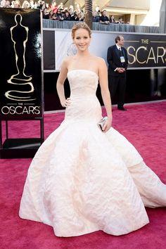 Jennifer Lawrence en robe Christian Dior haute couture, bijoux Chopard et minaudière Roger Vivier aux Oscars 2013
