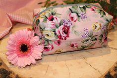 Schminktasche Rosa mit Blumen von Freche Goaß auf DaWanda.com