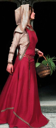 Medieval Dress tunic and surcoat.kinda looks like my garb! Medieval Costume, Renaissance Costume, Medieval Tunic, Medieval Dress Pattern, Medieval Fashion, Renaissance Clothing, Historical Costume, Historical Clothing, Medieval Wedding