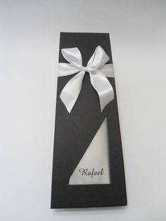 Referência: 3189 Descrição: caixa cartonada para gravata, forrada externamente com Papel Color Plus Microcotelê Los Angeles, acolchoada com tecido , visor de acetado e fita de cetim. Opcional: impressão do nome no visor da tampa. Nossas caixas são artesanais e personalizadas, nos permitindo produzi-las nas cores e medidas escolhidas pelo cliente. Não comercializamos os produtos internos da caixa. R$ 28,00
