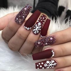 christmas nails Christmas Nail Art Designs Which Are perfect for the Holiday Season - Hike n Dip Chistmas Nails, Cute Christmas Nails, Christmas Nail Art Designs, Xmas Nails, Winter Nail Designs, Holiday Nails, Christmas Time, Christmas Manicure, Snow Nails